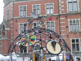 Die Liegeradkuppel vor dem Oldenburger Rathaus.