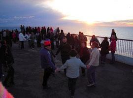 On danse la Sardane au lever du soleil