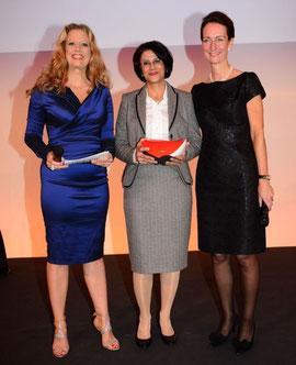Hamindokht Klein (Mitte) nimmt den Preis entgegen. Rechts: die Laudatorin Dr. Christine Stimpel (Heidrick & Struggles), links: die Moderatorin Barbara Schöneberger.