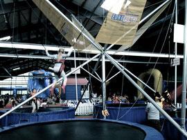 Man kann ja auch beim Spielen vernünftig sein und sich absichern. Die Kinder werden hier beim Springen auf dem Trampolin ja auch abgesichert.