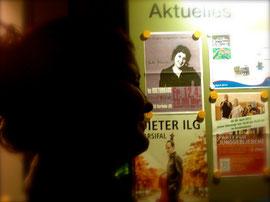 Die Dame auf dem Plakat im Schaufenster kommt mir bekannt vor.