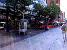 Wer genau hinguckt, entdeckt die Seifenblasen, die ein kleiner Junge auf der Königstraße in Duisburg vor ein paar Tagen in der Gegend herumblies. Er selbst ist nicht zu sehen und steht quasi rechts vom Bild.