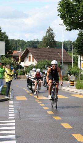 Regula Rohrbach und Simone Brändli liegen bei der zweiten Durchfahrt durch Bubikon gemeinsam an der Spitze