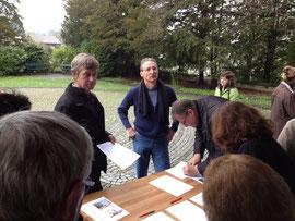 Ueli Steiner (links) und Daniel Tanner vom Petitionskomitee sammeln Unterschriften