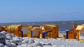 Bild: Strandkörbe direkt vor den Ferienwohnungen der Residenz Meeresbrandung