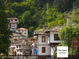Schönes Dorf in Rodopite-Gebirge, in der Nähe von den Wunderbrücken