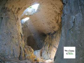 Höhle Gottesaugen, auch Karlukovo Höhle oder Prohodna Höhle in Bulgarien genannt