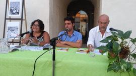 Elisa Martorana al tavolo dei relatori con l'autore Giuseppe Morici e il giornalista Martino Grasso