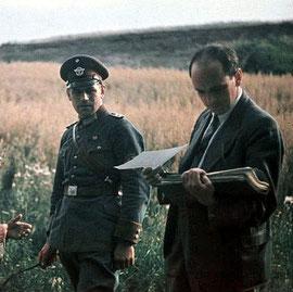 Dr. Robert Ritter mit Aktenmappe und ein Polizist, Ausschnitt, Bundesarchiv, R 165 Bild-244-71 / CC-BY-SA, Wikimedia Commons-Lizenz: Creative Commons Attribution-Share Alike 3.0 Germany.