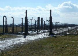 """Tor zum """"Zigeunerlager"""" in Auschwitz-Birkenau heute, Foto: Michaela Saliari, alle Rechte vorbehalten!"""