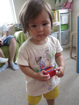 一歳半の娘めいちゃん、パパの描いたTシャツがお似合い