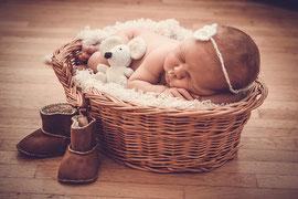 Neugeborenes mit Stofftier