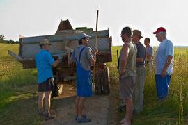 Christian Winner erläutert den Teilnehmern der Wanderwegeaktion den Ablauf.