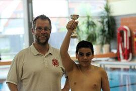Die Nachwuchswasserballer des Buxtehuder SC belegten in der U13 als Neuling den vierten Platz. Torhüter Ali Zein nahm den Pokal entgegen.