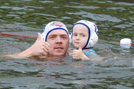 Daumen hoch für den Wasserball: Nationalspieler Ingo Pickert (SG W98 Waspo Hannover) und Ove (BSC)