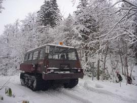 積雪期の移動手段である雪上車