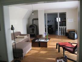 Das gleiche Wohnziummer, jetzt mit Dielenfußboden und Holzofen.