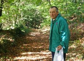 Gilles parcourant le sentier Botanique.
