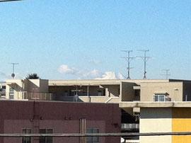 南側のベランダから富士山の頂がのぞいています