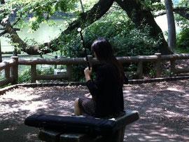 吉祥寺の井の頭公園で見かけた二胡を弾く女性