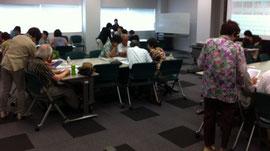 この会場の場合四つの「島」を作りました。写真右側に一つ左側に三つ。講師は主任を入れて5名。