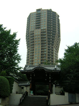 元麻布の高層アパートと古刹 麻布山善福寺