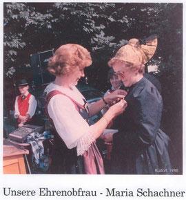 1988 wurde Maria Schachner zur Ehrenobfrau ernannt, Frau Landl war die Überbringerin der Auszeichnung