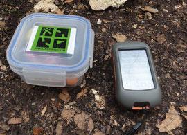 Geocaching Behälter mit GPS-Gerät
