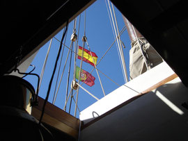 So what do you do when you're sailing on a border river? Fly both courtesy flags! Next question: which flag should be highest? Okay, today we choose for ¡España Arriba!