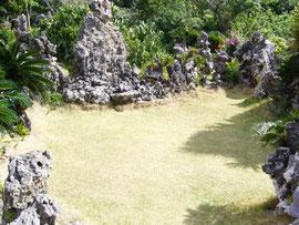 宮古島のパワスポ石庭の芝生