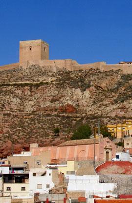 Imagen de la Ermita con el Castillo de Lorca de fondo