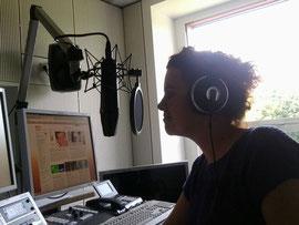 Beim Moderieren Im Studio - Foto: Luise Albruschat