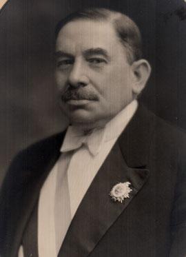 Jules Simon ceint de son écharpe en 1935