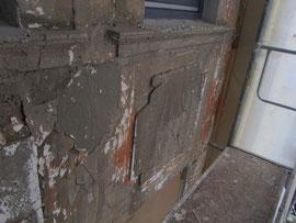 Eine Fassade nach der Entfernung der Altbeschichtungen