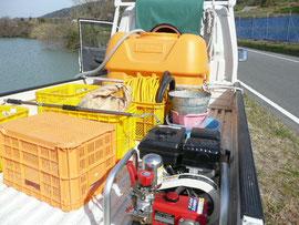 トラックの上に農機具があります
