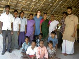 Susanne in Thulir mit Krishna und einigen Schülern