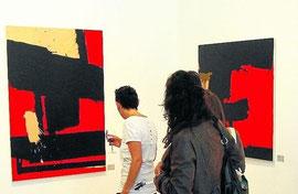 Varios espectadores, en la galería El Arte de lo Imposible, ante dos obras de Rodrigo Martín. F. robles