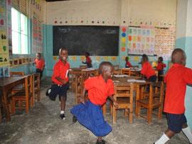 Immer im Kreis: Cathrin (Mitte) rennt mit ihren Mitschülern durchs Klassenzimmer.