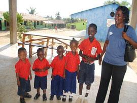 MiRO-Heimleiterin Josephine Mutisya bringt die Kinder in die Anangamangar Academy. Die Kleinen sind stolz auf ihre Uniform.