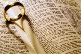 Foto eines Rings auf einer Bibel, Copyright: Ella's Dad @ flickr.com