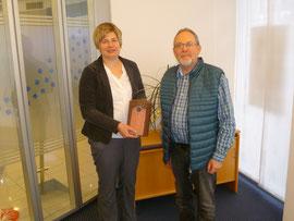 Vorsitzender Kauer führt der Geschäftsstellenleiterin Nicole Baule einen der neu erworbenen Nistkästen vor (Foto: Kurzbach)