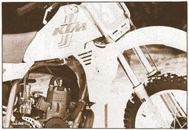Le radiateur est positionné sous le réservoir à essence.
