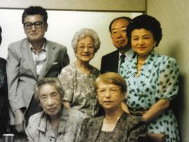 後列右端の女性が磯野氏