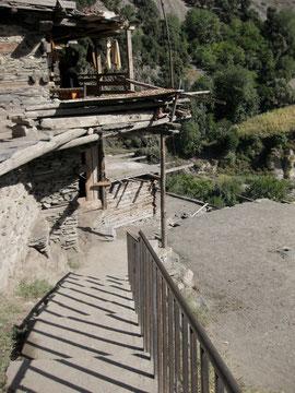 階段に手すりができて踊り場までの登り下りが楽になった。