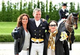 Holga Finken gewinnt in diesem Jahr den Ritt um das Goldene Pferd-hier mit Rebecca und Eveline Gutmann F.:K.Beelitz