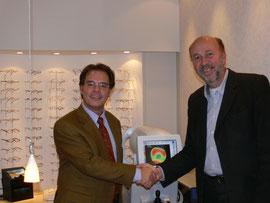 Übergabe des Eyeprofilers durch Zeiss-Mitarbeiter Herrn Kalfides an Jens-Henning Gloyer.