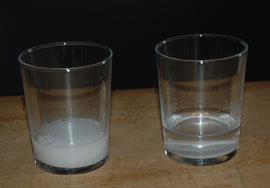 Backpulver(l) und Natron(r) mit Wasser