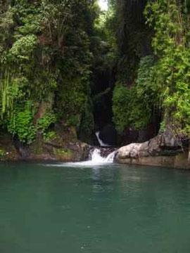 Ueber einem Wasserfall ist ein ausgedehnter Pool mit 8 Metern Tiefe entstanden, in dem man wundervoll baden kann.