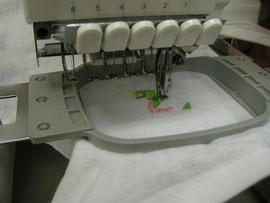 6色の糸で模様を刺繍するミシン