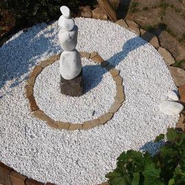 Gartenmalerei.de - Gartenkunst, kreative Gartengestaltung, Kunst im Garten, farbenfrohe Bilder im Garten, weißer Carrara Marmorsplitt, farbiger Granitsplitt, bunter Quarzsplitt, Basaltsplitt, Kiesel